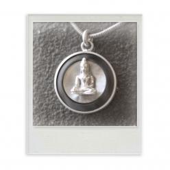 Buddha auf Perlmutt black & white